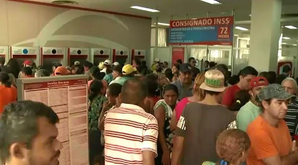 Bancos ficaram lotados no último dia para comprovação de prova de vida do INSS, em foto de fevereiro de 2018 — Foto: Reprodução/Rede Amazônica Acre