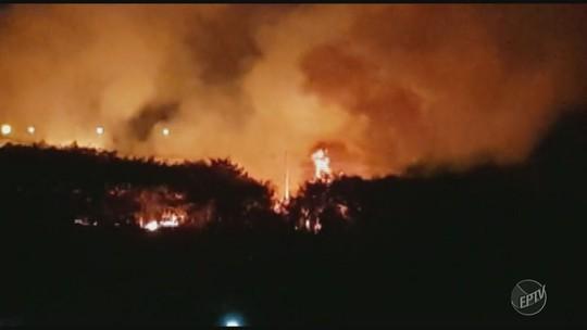 Fogo atinge terrenos e assusta moradores de Campinas e Hortolândia