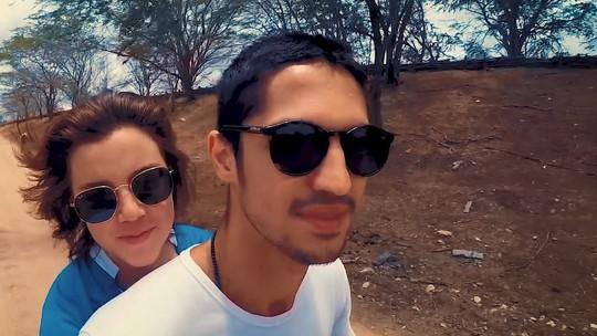 Gabriel Leone e Alice Wegmann passeiam de moto no Cariri paraibano