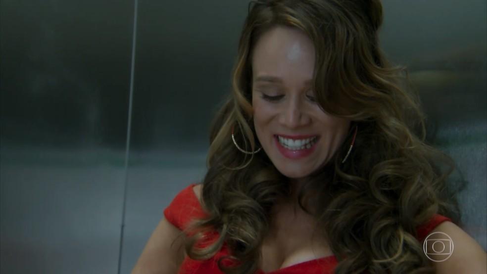 Tancinha (Mariana Ximenes) consola Beto (João Baldasserini) no elevador - 'Haja Coração' — Foto: Globo