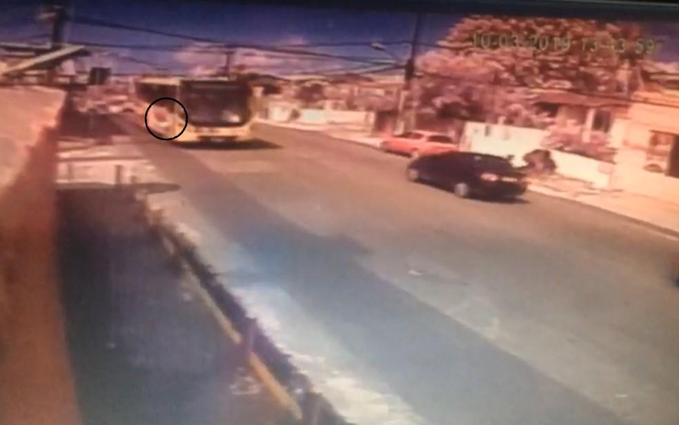 Homem estava pendurado na porta do ônibus, escorregou e morreu após ser atropelado no domingo (10), em Olinda — Foto: Reprodução/WhatsApp