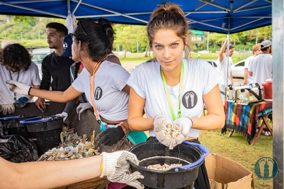 Isabella Santoni mostra cigarros coletados — Foto: Alexandre Socci / Divulgação