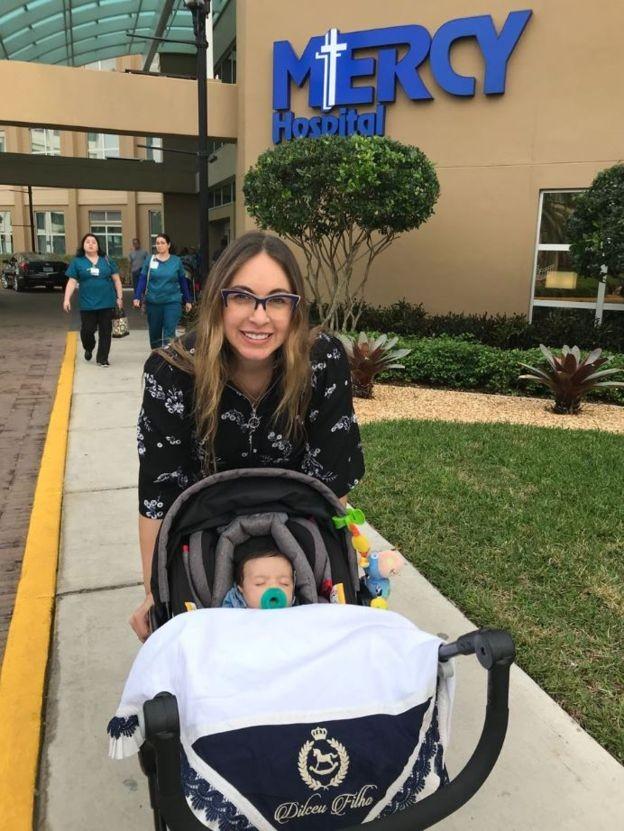'Foi muito difícil estar distante dos parentes. Mas para ficar mais tranquila, sempre pensava que estava fazendo um bem para o meu filho', diz Aline Villa (Foto: Arquivo pessoal via BBC)