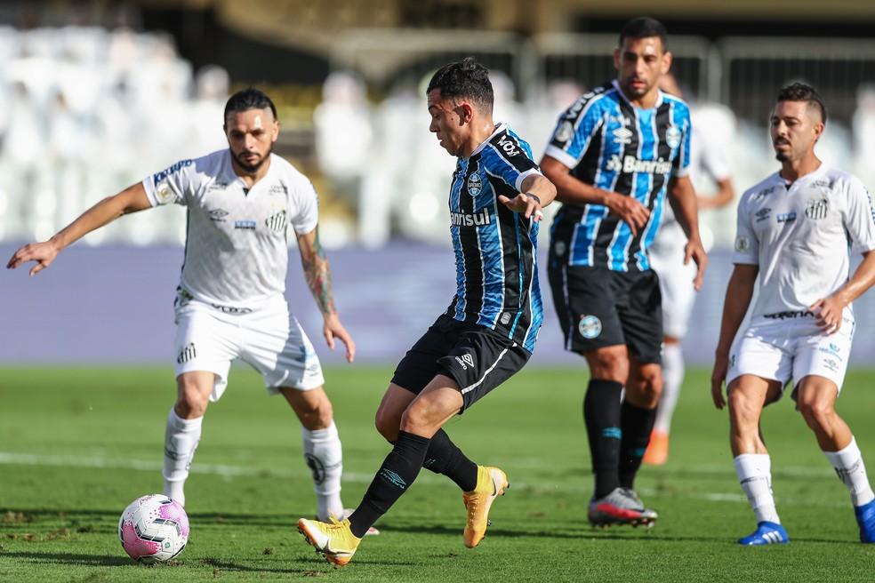 Pepê e Diego Souza foram titulares na Vila Belmiro — Foto: Lucas Uebel/Grêmio