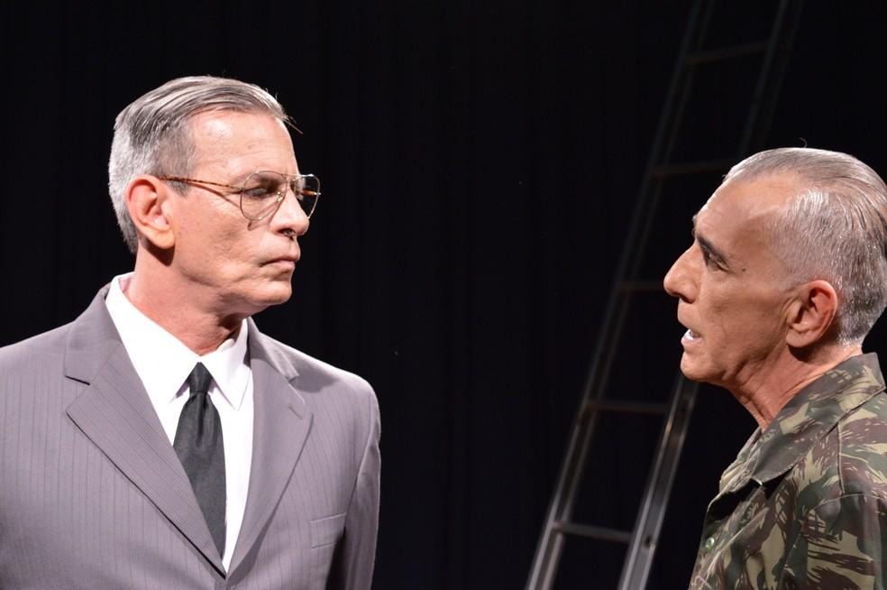 Foto retrata cena em que Breno Moroni conversa com o General Ernesto Geisel (Foto: Rafael Beppu | Divulgação Araguaia, Presente)