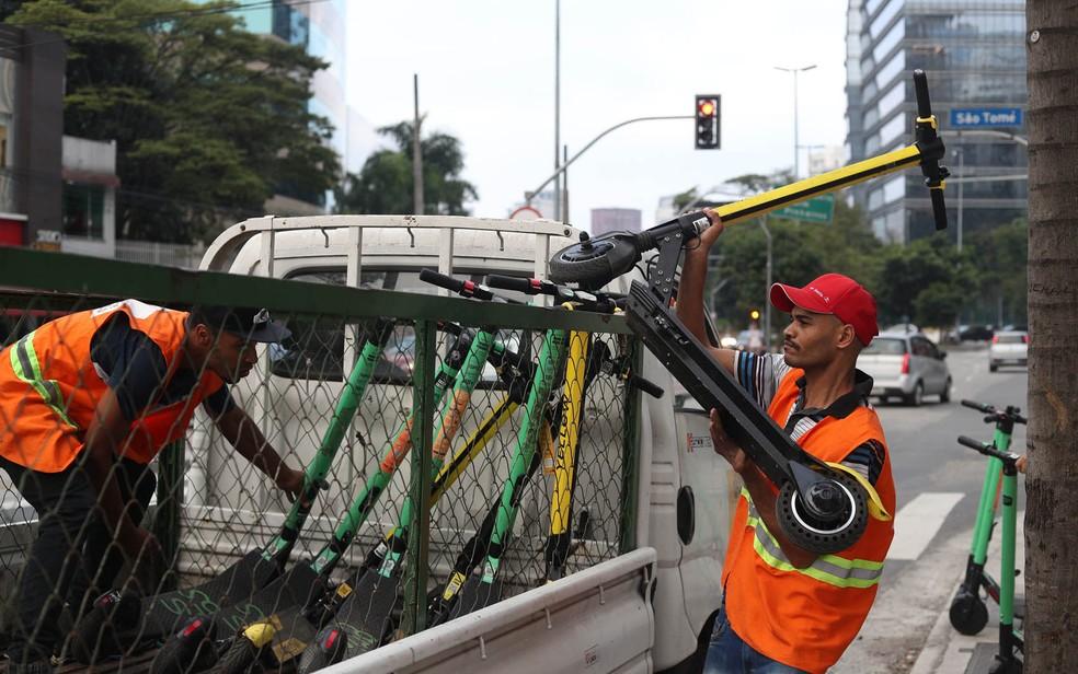 Funcionários da Prefeitura de SP apreendem patinetes elétricos — Foto: Alex Silva/Estadão Conteúdo