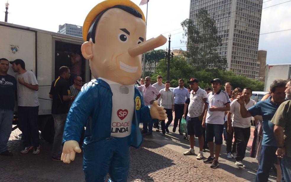 Manifestantes levaram boneco do personagem Pinocchio para ato em frente à Prefeitura — Foto: Vivian Reis/G1