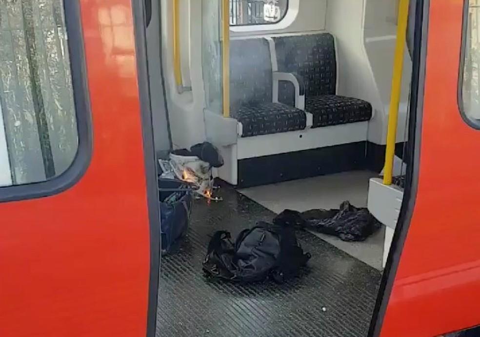 -  Objeto em chamas dentro de metrô em Londres, após explosão  Foto: SYLVAIN PENNEC/via REUTERS