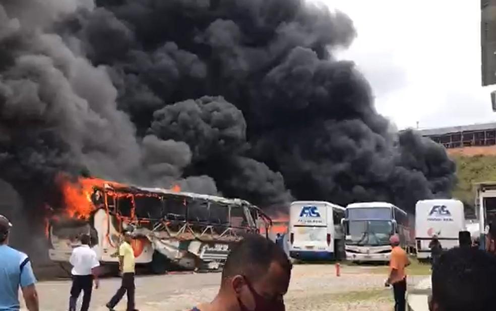 Incêndio atinge garagem de ônibus e destrói veículos na Bahia 27