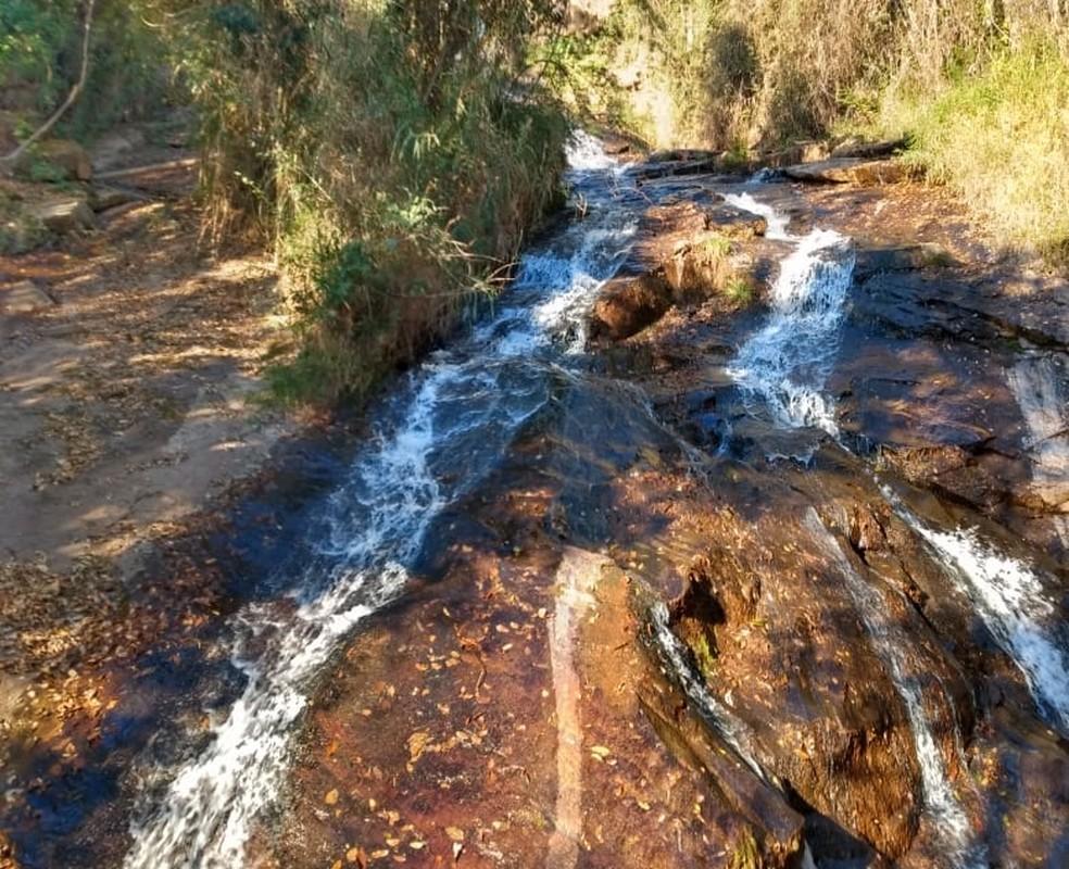 Adolescente e mãe sofreram queda em cachoeira de Pedralva (MG) — Foto: Corpo de Bombeiros
