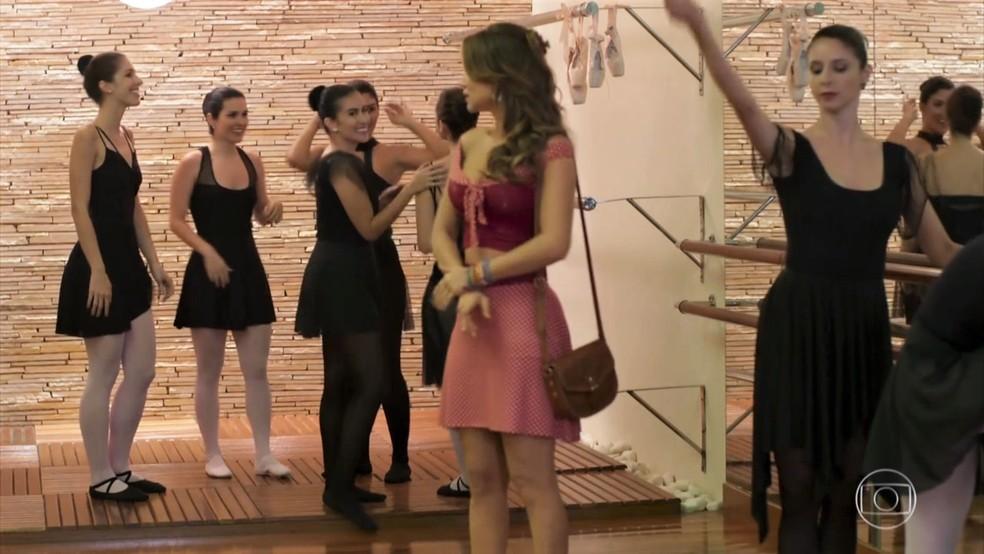 Tancinha (Mariana Ximenes) se sente envergonhada diante das alunas - 'Haja Coração' — Foto: Globo