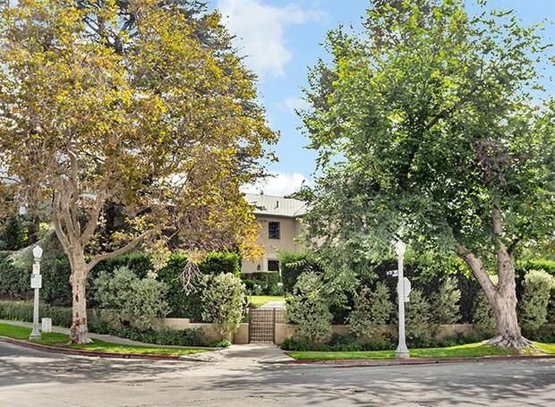 A mansão fica em Hancock Park, um bairro histórico de Los Angeles (Foto: Berkshire Hathaway HomeServices/ Reprodução)