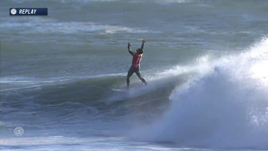 Mineirinho se encolhe, pega tubo e sai comemorando no Mundial de Surfe de Portugal