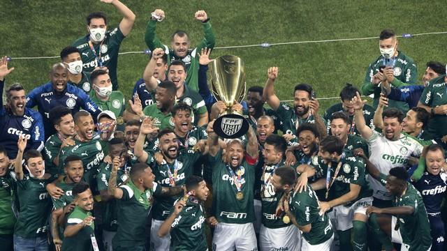 Felipe Melo levanta a taça do Palmeiras campeão