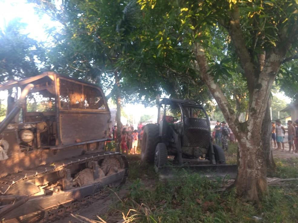 Índios apreenderam dois tratores utilizados para extração de madeira na reserva Alto Rio Guamá em Paragominas, no sudeste do Pará — Foto: Polícia Federal