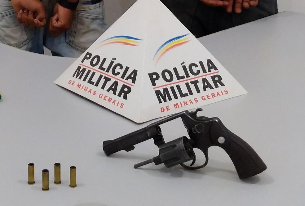 Arma apreendida com o jovem de 17 anos — Foto: Polícia Militar/Divulgação