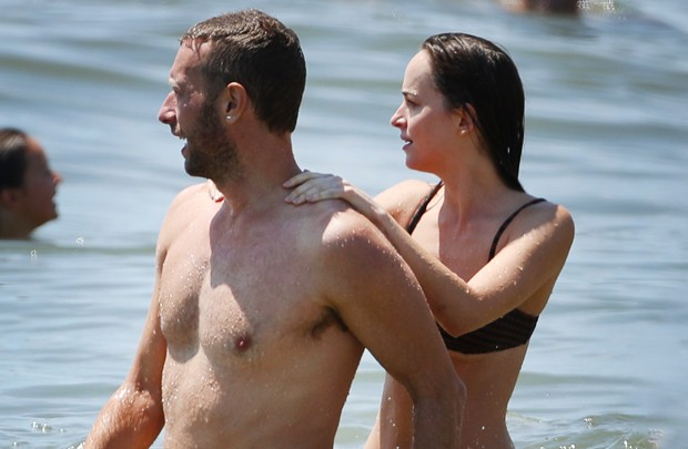 Chris Martin e Dakota Johnson (Foto: Grosby Group)