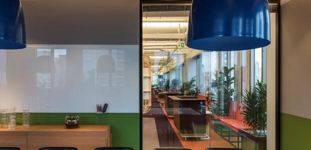 A pesar de estar separada do resto do escritório, a sala de reuniões possui porta de correr transparente, o que não deixa de conectar todos os trabalhadores (Foto: Leonardo Finotti/ Reprodução)