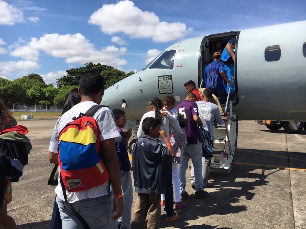 Venezuelanos embarcam rumo a outras capitais do país em voo de interiorização; de abril a novembro mais de 3,2 mil foram levados de Roraima a outros estados — Foto: Emily Costa/G1 RR