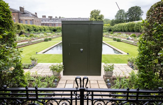 LONDON, ENGLAND - JUNE 30: A general view of the covered statue in the Sunken Garden at Kensington Palace on June 30, 2021 in London, England. Tomorrow would have been the 60th birthday of Princess Diana, who died in 1997. At a ceremony here tomorrow, her (Foto: Getty Images)