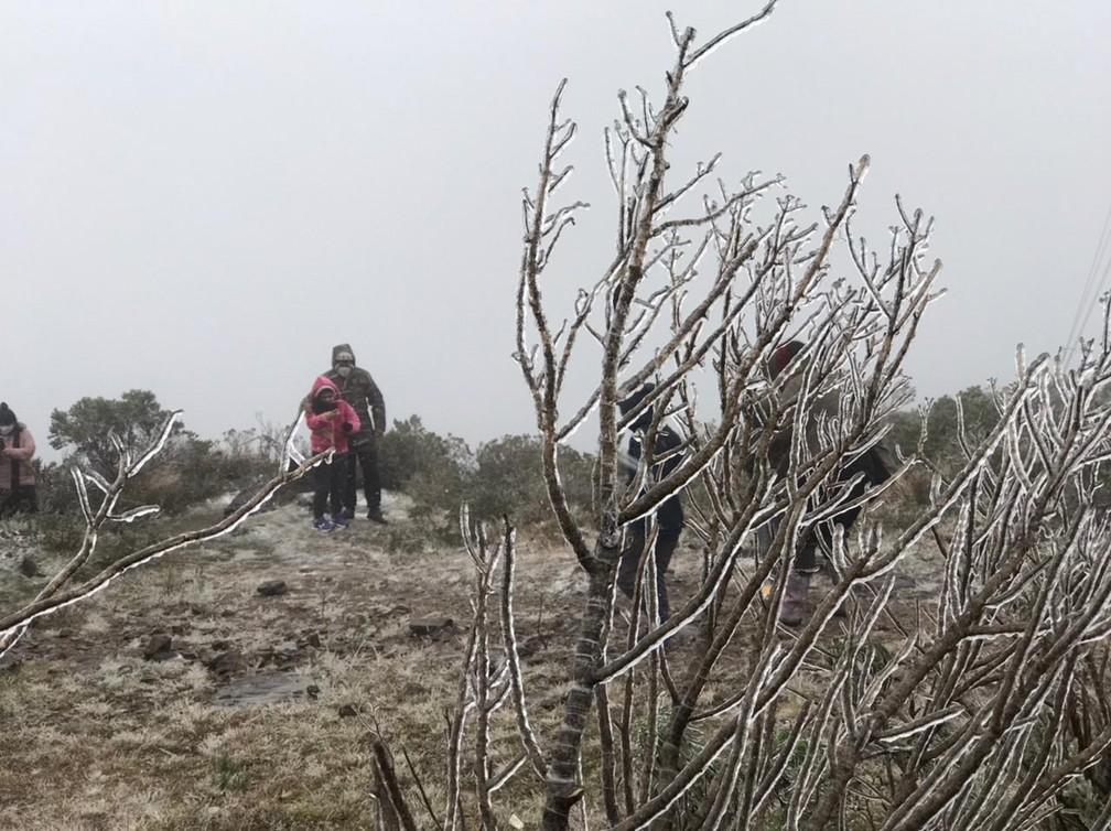 Moradoras e turistas presenciaram a ocorrência de neve em Urupema na segunda-feira (28) — Foto: Eduarda Demeneck/NSC TV