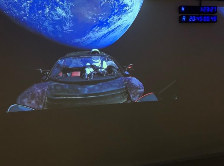 Tesla Roadster, com o robô Starman ao volante, após o lançamento do Falcon Heavy (Foto: Divulgação Elon Musk Twitter)