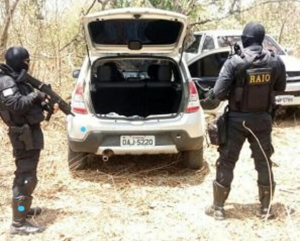 Carros com explosivos foram localizados pelo BPRaio em Morada Nova — Foto: Reprodução/PM