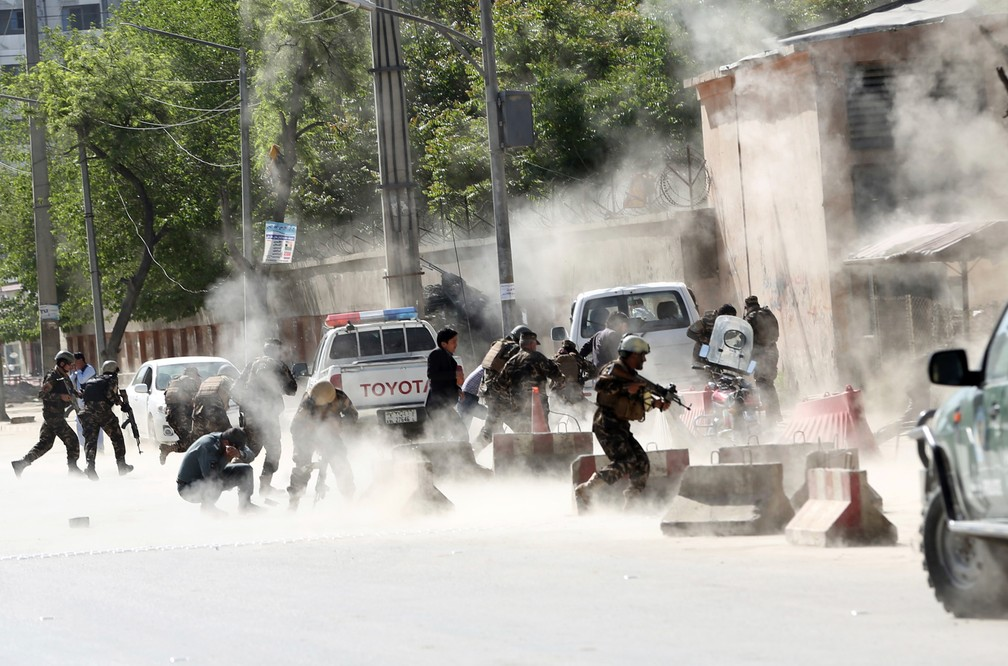 Forças de segurança correm do local do ataque suícida após a segunda explosão em Cabul, no Afeganistão (Foto: Massoud Hossaini/AP)