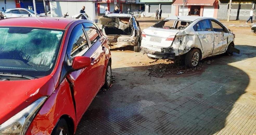 Carros ficaram destruidos após temporal em São Carlos — Foto: A CidadeON/São Carlos