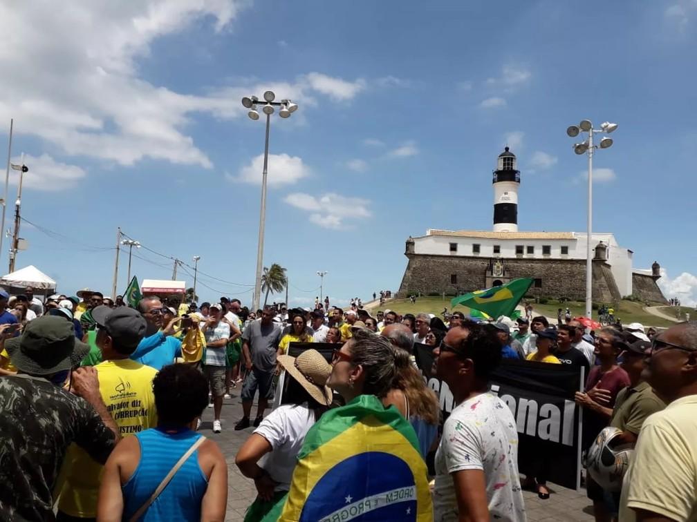Manifestantes a favor da Lava Jato e contra o STF se reuniram em frente ao Farol da Barra, em Salvador, neste domingo (17) — Foto: Marcelo Xavier/TV Bahia