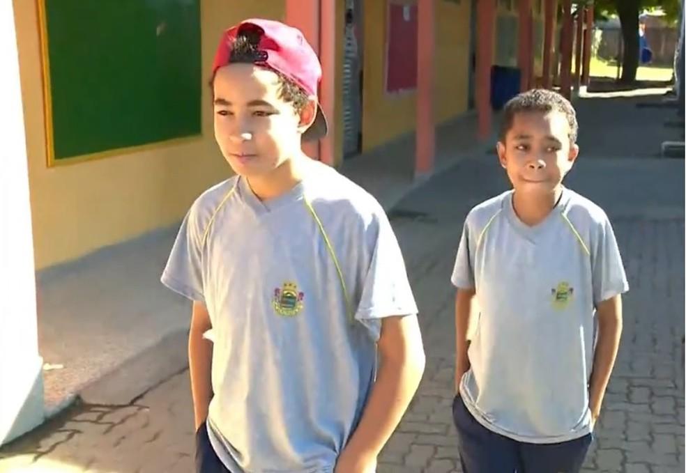 Pierre (atrás) e Igor (na frente) na escola onde estudam — Foto: Reprodução/RBS TV
