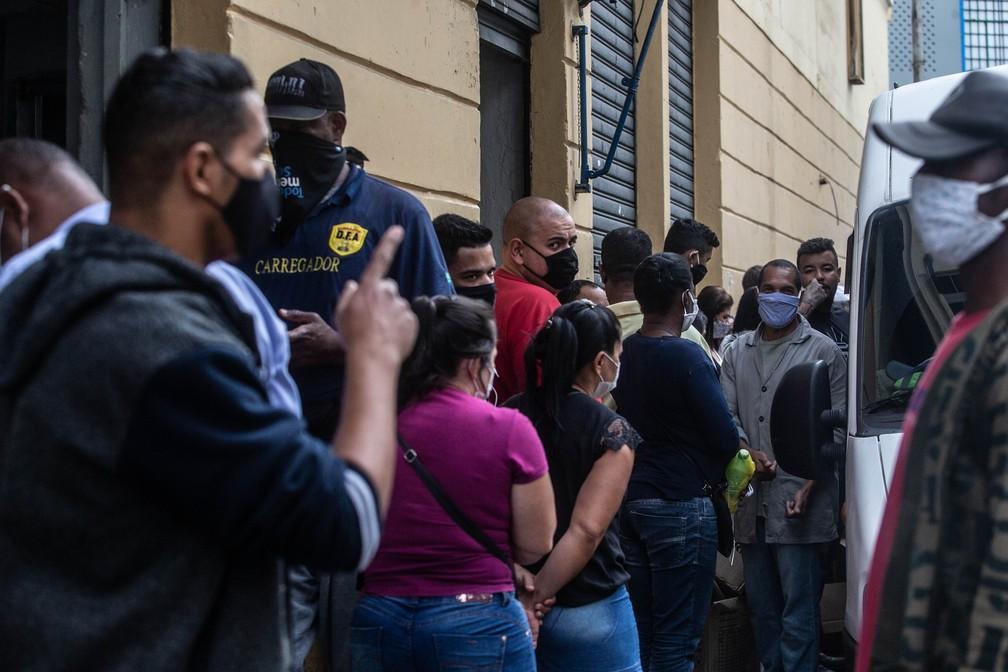 Movimentação na Rua 25 de Março em São Paulo (SP), nesta quarta-feira (10), primeiro dia de reabertura do comércio de rua — Foto: Werther Santana/Estadão Conteúdo