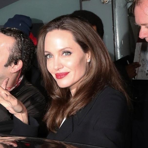 Angelina Jolie aposta em batom vermelho (Foto: AKM-GSI)