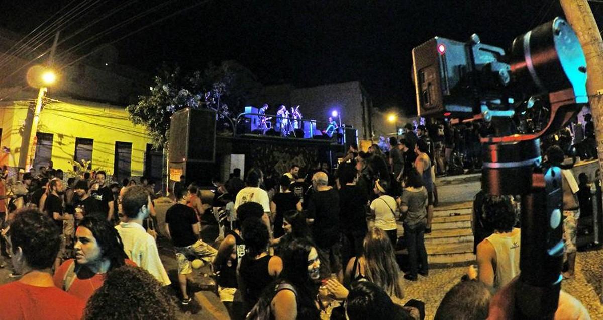 Bloco encerra programação de carnaval em Campos, RJ, com rock