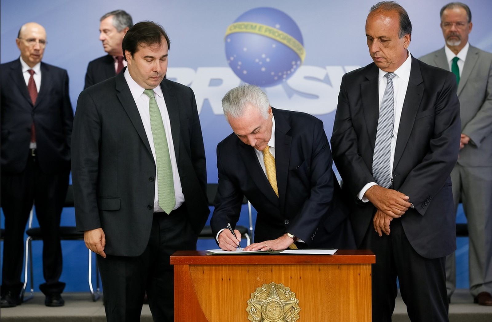 Temer assina decreto de intervenção militar no Rio