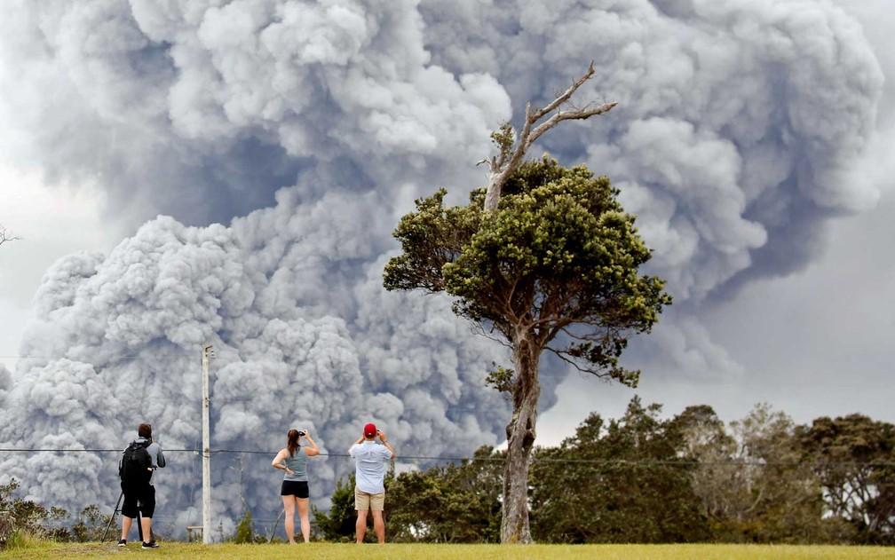 Pessoas observam cinzas da cratera do vulcão Kilauea, no Havaí (Foto: Terray Sylvester / Reuters )