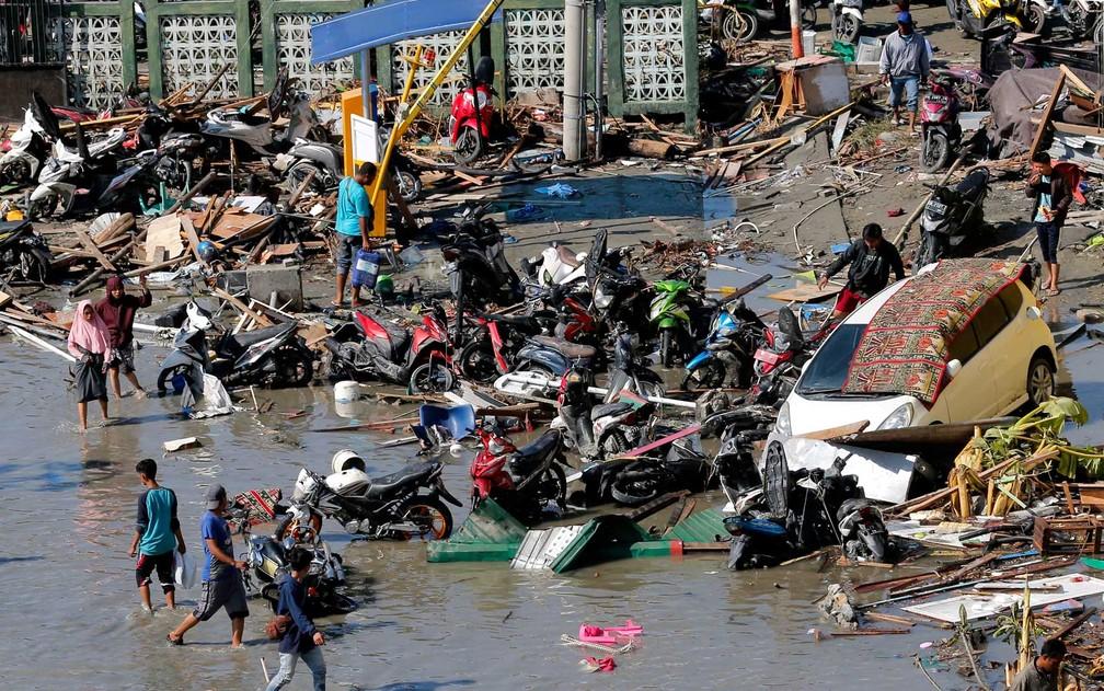 Escombros de shopping destruído em Palu — Foto: Tatan Syuflana / AP