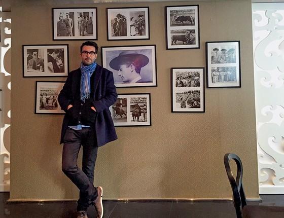 Laurentino em Sevilha, com fotos de toureiros famosos citados em poema de João Cabral de Melo Neto (Foto: Acervo Pessoal)