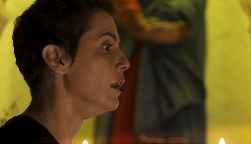Karola pressiona irmã Felipa para saber a verdade sobre o seu passado — Foto: TV Globo