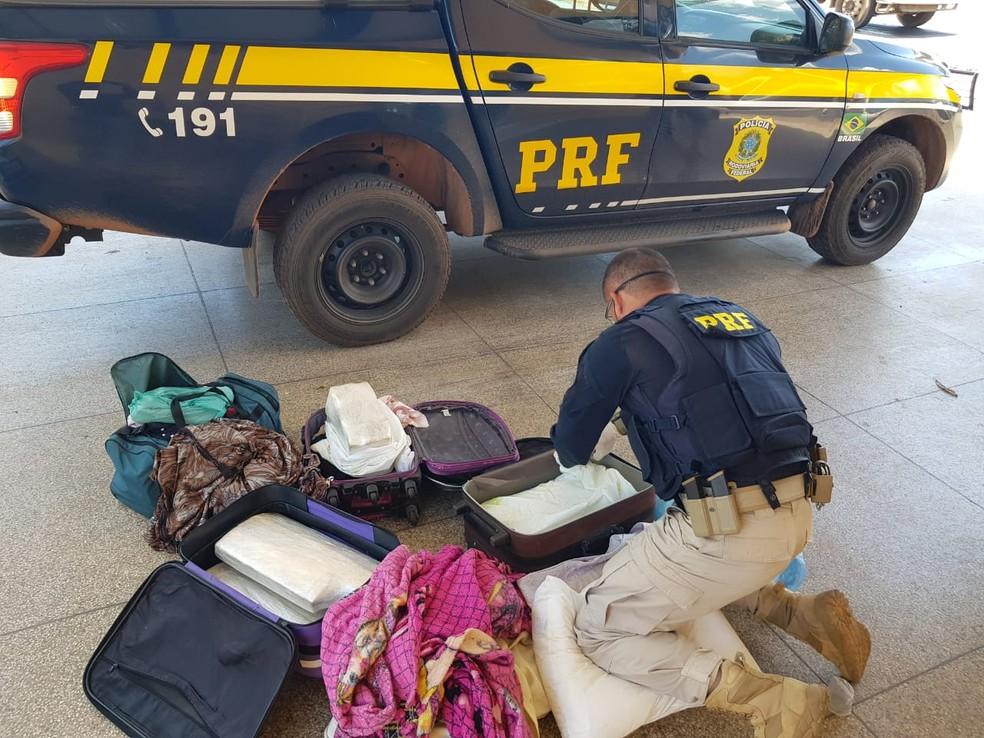 Drogas estavas sendo transportadas em malas de viagem — Foto: Divulgação/Polícia Rodoviária Federal