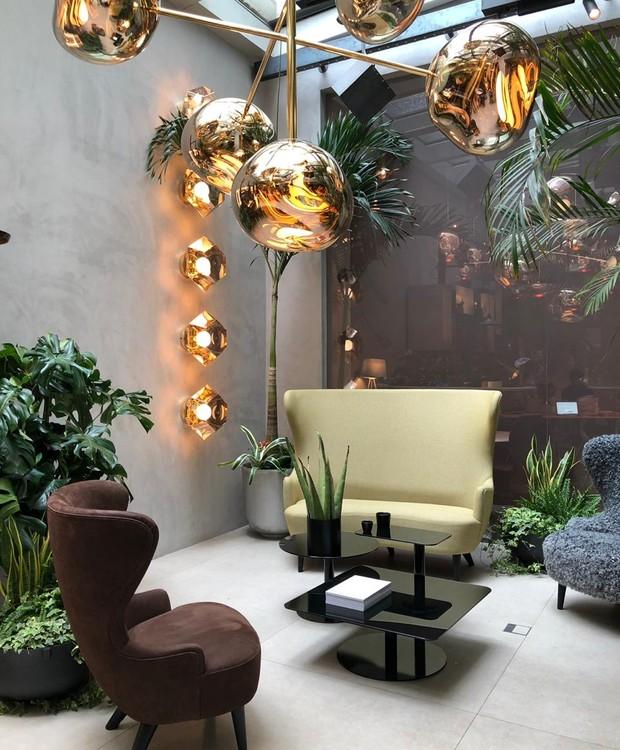 Sofás e palmeiras dividem um espaço harmônico no pátio (Foto: Casa e Jardim)