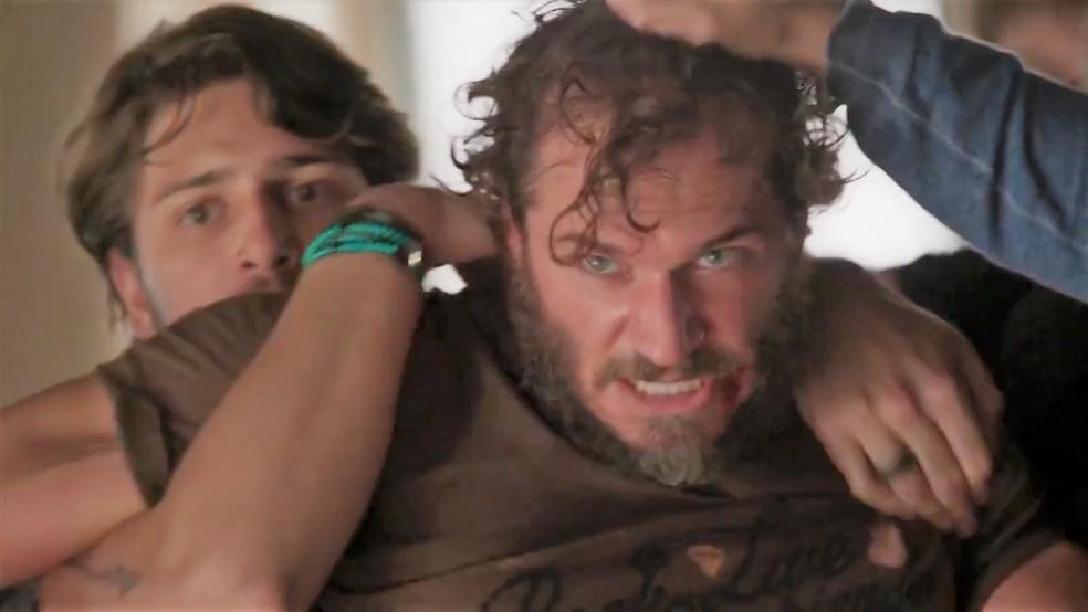 Dino (Paulo Rocha) é expulso do estúdio de Rafael (Daniel Rocha) — Foto: TV Globo
