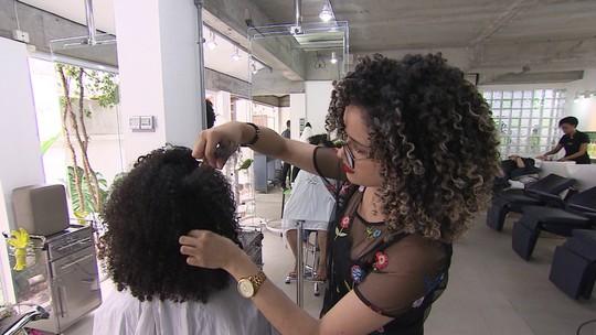 Salão se especializa em cortar e tratar cabelos cacheados e faz sucesso