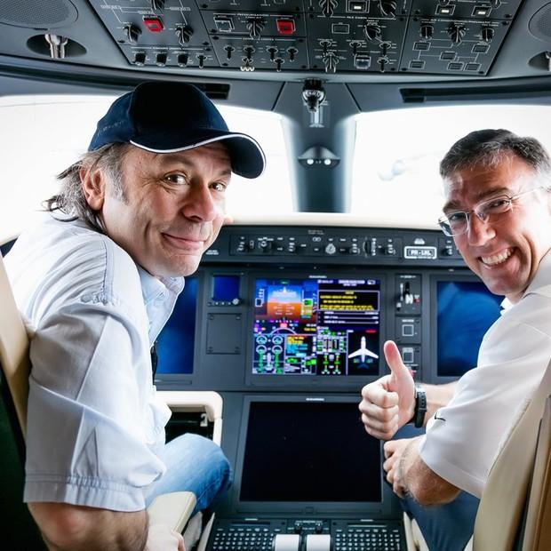 Bruce Dickinson no Legacy 500 da Embraer (Foto: Divulgação Embraer)