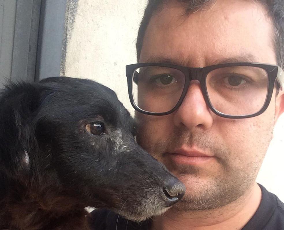 Ricardo Fonseca com o cão Virgulino, que foi resgatado em Belo Horizonte — Foto: Ricardo Fonseca/Arquivo pessoal