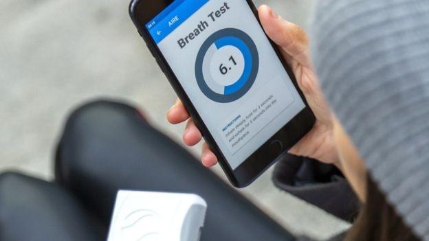 Fundadora do FoodMarble diz que sua saúde digestiva pode ser rastreada simplesmente por detectar hidrogênio na respiração (Foto: FOODMARBLE / ALAN ROWLETTE (via BBC))