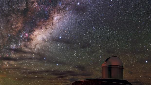 Observatório La Silla, no Chile, sob a Via Láctea. Além da altitude, de 2,4 mil metros, é um dos pontos com o céu mais escuro da Terra  (Foto: ESO/B. Tafreshi)