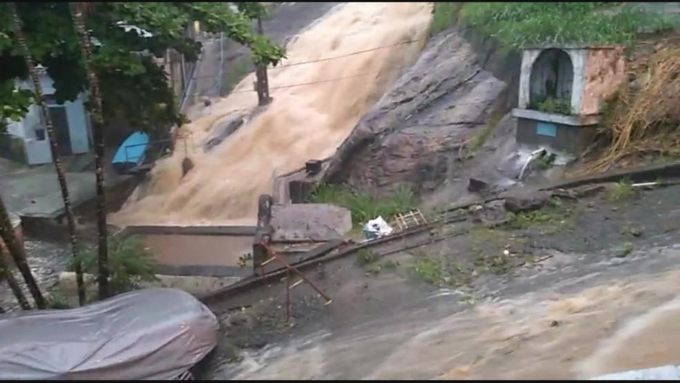 Chuva formou correnteza em Angra dos Reis, na Costa Verde do Estado do Rio de Janeiro — Foto: Reprodução/ TV Globo