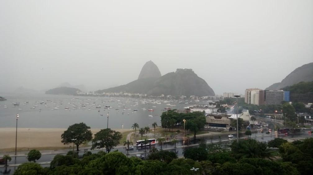 Tempo fechado na Praia de Botafogo, com o Pão de Açúcar debaixo de chuva — Foto: Cristina Boeckel/G1