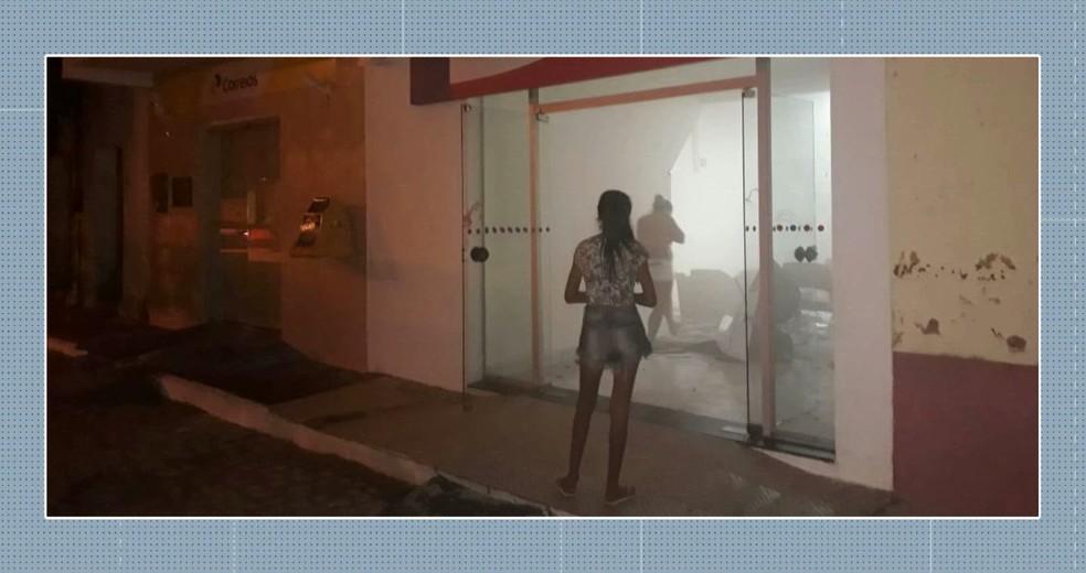 Grupo explode agência bancária em Bom Sucesso, no Sertão da Paraíba — Foto: Reprodução/TV Cabo Branco